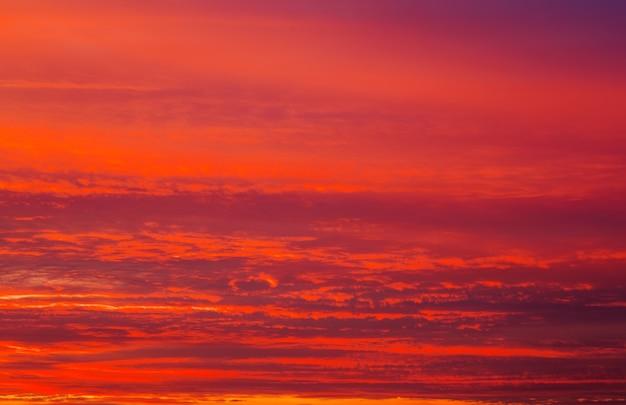 Ciel coucher de soleil orange ardent. beau ciel en arrière-plan.