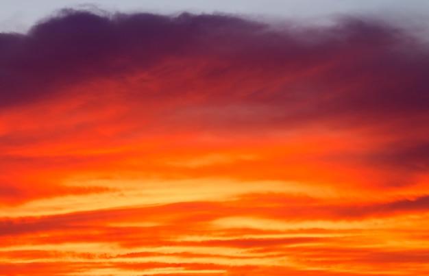 Ciel coucher de soleil orange ardent. beau ciel. fond de ciel
