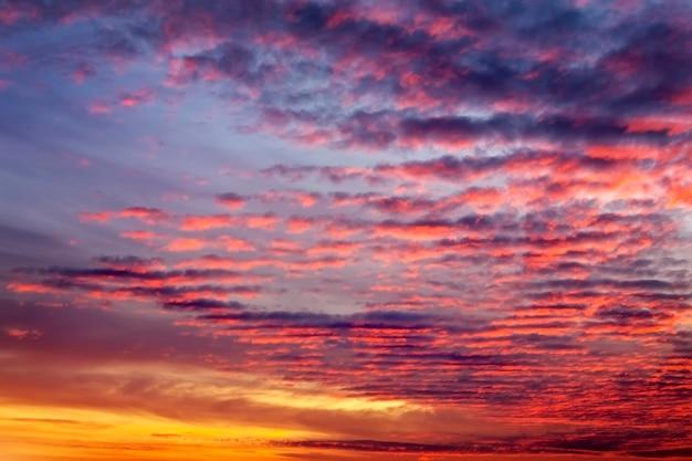 Ciel coucher de soleil orange ardent. beau ciel. nuages en mouvement dans le ciel au coucher du soleil