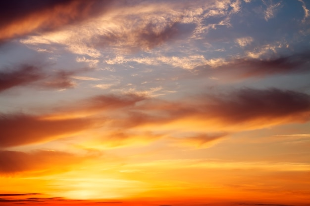 Ciel coucher de soleil orange ardent. beau ciel.