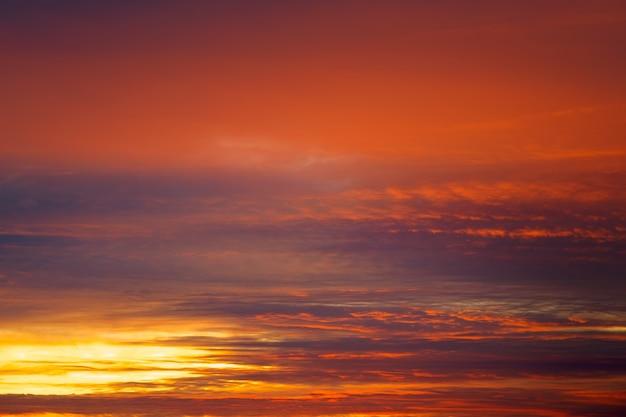 Ciel coucher de soleil orange ardent. ciel apocalyptique