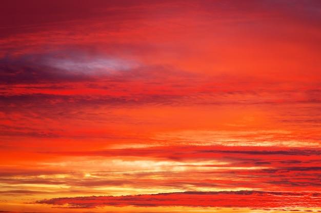 Ciel coucher de soleil orange ardent. ciel coucher de soleil apocalyptique