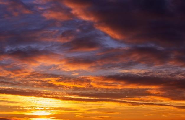 Ciel coucher de soleil orange et rouge ardent. beau fond de ciel