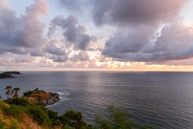 Ciel coucher de soleil à phrom thep cape le point pittoresque de l'île de phuket, la perle de la mer d'andaman, cet endroit est populaire pour les touristes