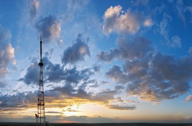 Ciel coucher de soleil en soirée avec des nuages au-dessus de la ville de lviv et vue sur la tour de télévision (ukraine, vue depuis la colline de vysokyj zamok).