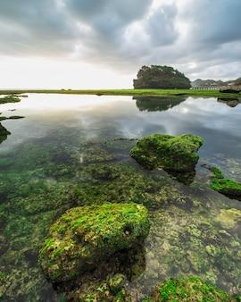 Ciel coucher de soleil spectaculaire à la plage de ngrumput, yogyakarta, indonésie. hdr traité