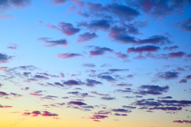 Ciel de couleur avant le lever du soleil avec des nuages, peut être utilisé comme arrière-plan