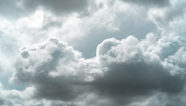 Ciel couvert. ciel gris dramatique foncé et nuages blancs avant la pluie. ciel nuageux et maussade. ciel d'orage. paysage de nuage. fond sombre et maussade. nuages couverts. contexte de triste, solitaire et désespéré.