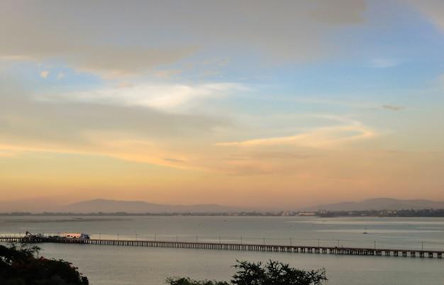 Ciel crépusculaire avec coucher de soleil coloré et nuages au pont