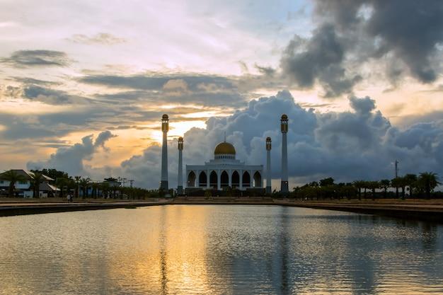 Ciel crépusculaire de la mosquée le soir.