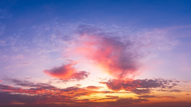Ciel crépusculaire panoramique avec nuages sur l'heure du lever et du coucher du soleil.