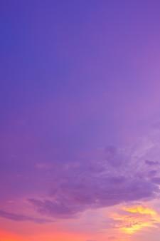 Ciel de crépuscule majestueux dans la soirée verticale