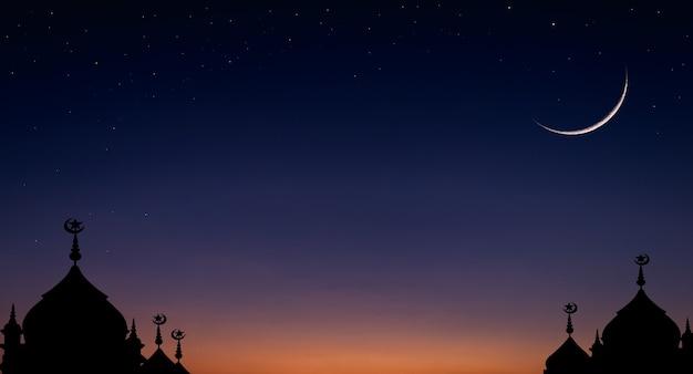 Ciel de croissant de lune sur crépuscule bleu foncé sur la silhouette de la mosquée du dôme