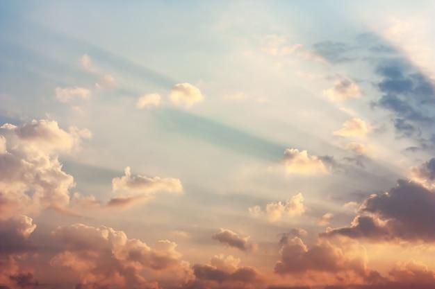 Ciel doré le matin avec la lumière du soleil sous les nuages