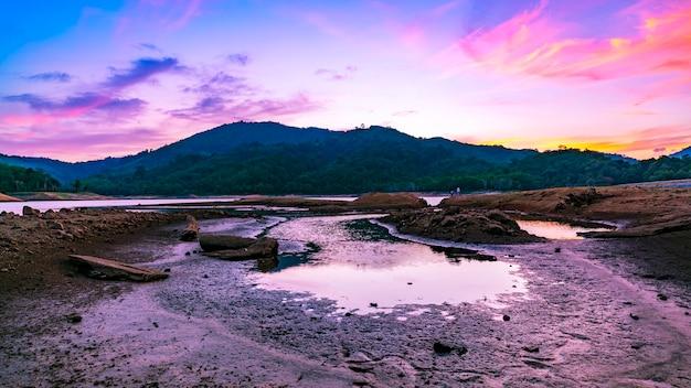 Ciel dramatique au coucher du soleil sur la montagne paysage paysage vue sur la nature