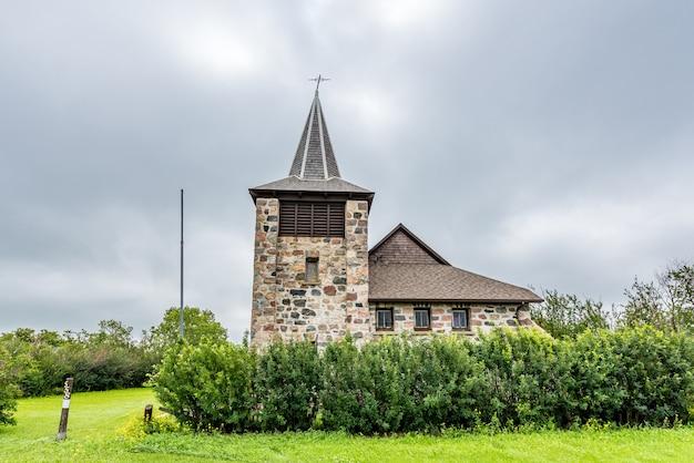 Ciel dramatique au-dessus de l'église en pierre anglicane historique de st andrews à heward sk