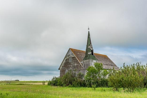 Ciel dramatique au-dessus de l'église presbytérienne historique mais abandonnée de froude à froude sk