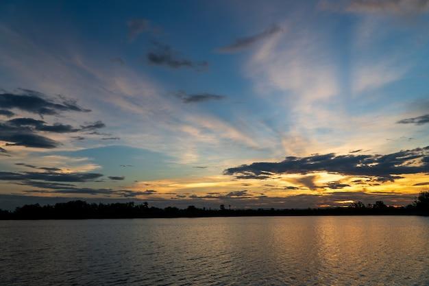 Ciel dramatique coloré avec des nuages au coucher du soleil. beau ciel avec fond de nuages