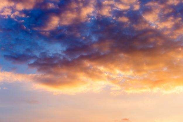 Ciel dramatique coloré avec des nuages au coucher du soleil