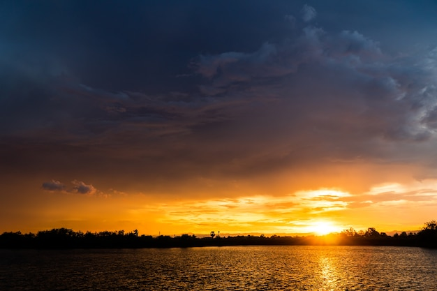 Ciel dramatique coloré avec des nuages au coucher du soleil.