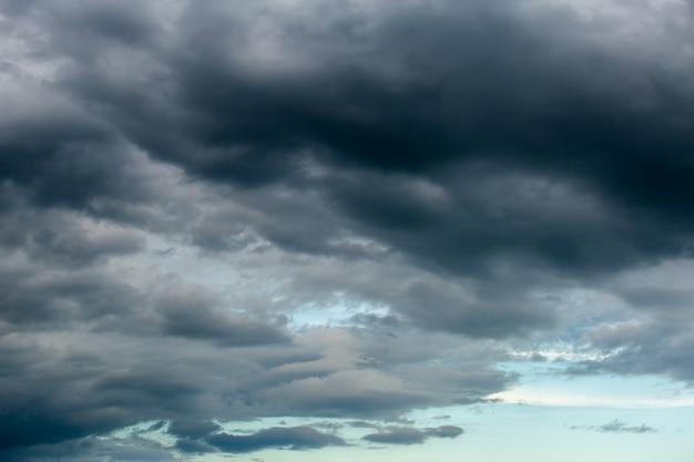 Ciel dramatique coloré avec des nuages au coucher du soleil..