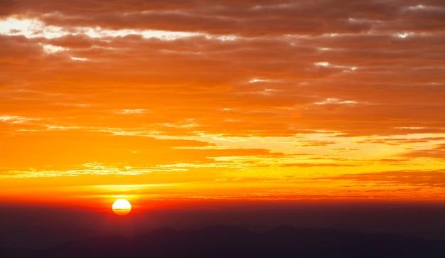 Ciel dramatique coloré avec des nuages au coucher du soleil ..
