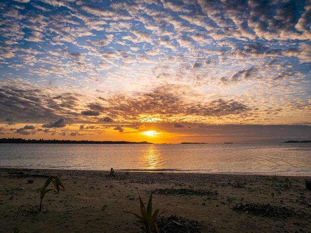 Ciel dramatique coucher de soleil sur la mer, plage du désert tropical, aucun peuple, nuages orageux, destination de voyage, indonésie îles banyak sumatra