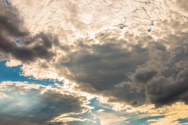 Ciel dramatique du matin avec des nuages de pluie sombre