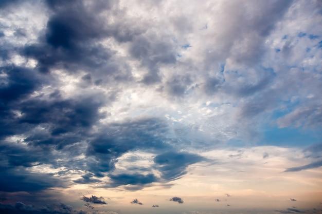 Ciel dramatique, fond de nuages de pluie.
