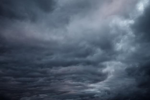 Ciel dramatique avec des nuages sombres