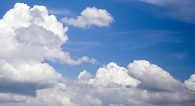 Ciel dramatique avec le soleil sur les nuages.