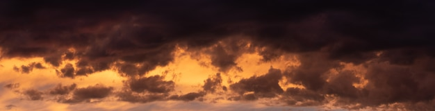 Ciel dramatique sombre avec des nuages épais après le coucher du soleil