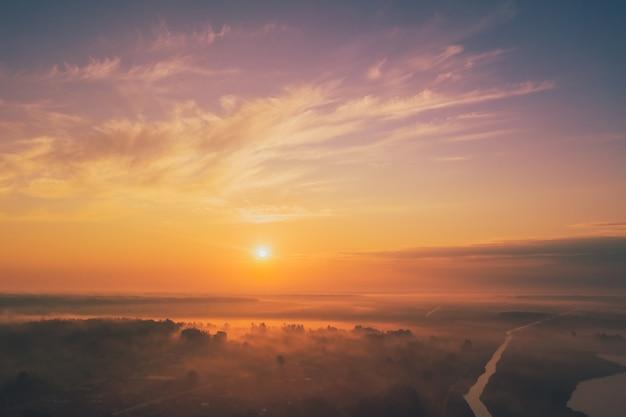 Ciel du matin avec des nuages à l'aube et du brouillard dans les champs. vue d'en-haut