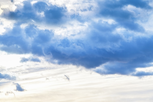 Ciel du soir avec des nuages sombres avant la pluie