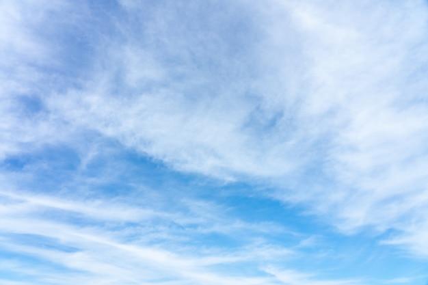 Le ciel est bleu vif. il y a des nuages qui flottent à travers. détendez-vous en regardant.