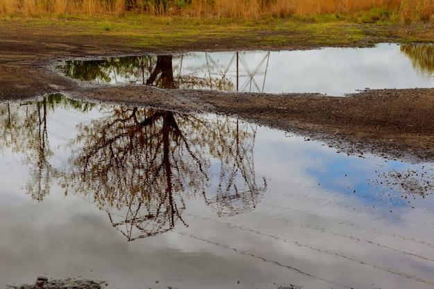 Le ciel était couvert de nuages, l'eau de la rivière reflétait les arbres