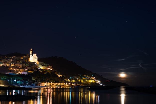 Ciel étoilé et clair de lune à cervo rougeoyant, riviera ligure, italie