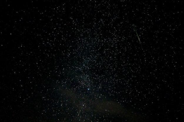 Ciel étoilé et météorite et nébuleuse