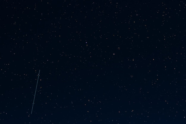 Ciel étoilé de nuit noire avec des étoiles