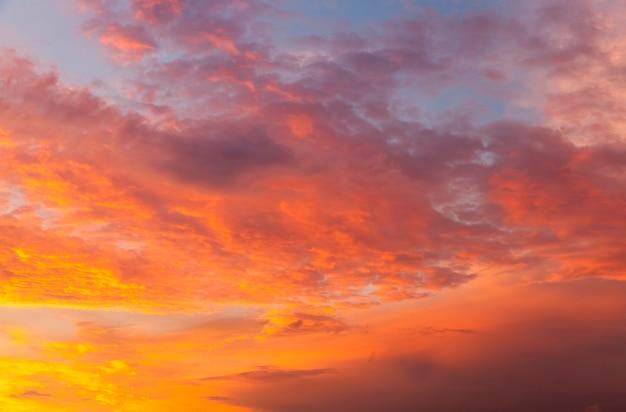 Ciel incroyable au lever du soleil