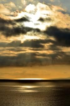 Ciel magnifique sur l'île de skye avec des eaux en contrebas