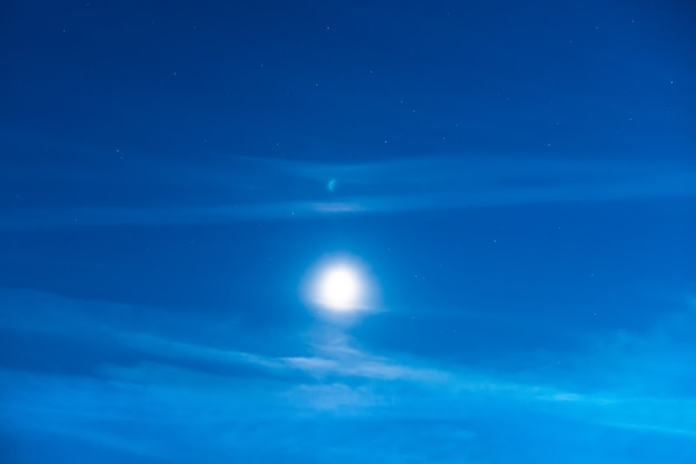 Ciel nocturne bleu foncé avec la lumière de la lune et de nombreuses étoiles