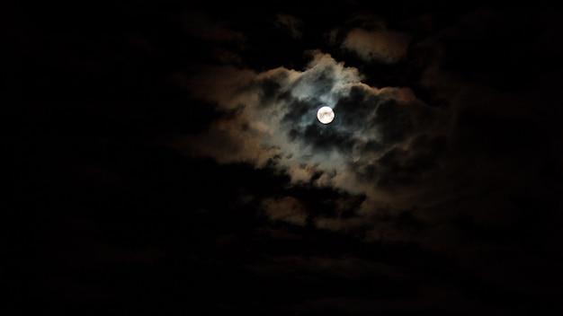 Ciel nocturne avec étoiles et lune et nuage