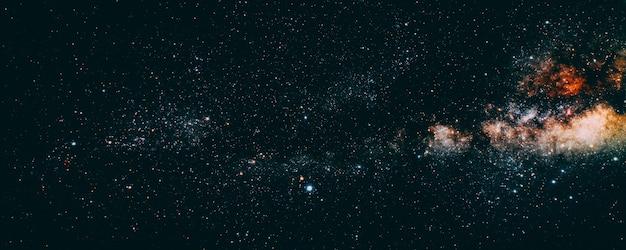 Ciel nocturne de fond avec des étoiles, la lune et les nuages. éléments de cette image fournis par la nasa