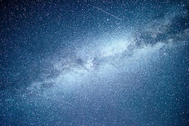Ciel nocturne vibrant avec étoiles et nébuleuse et galaxie.
