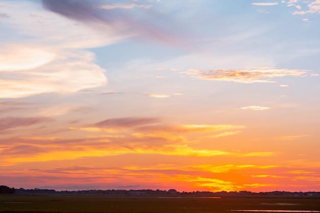 Ciel et nuage au coucher du soleil avec des effets de lumière du coucher du soleil. nuages crépuscule et ciel dramatique