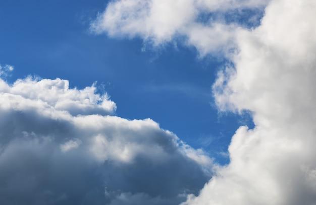 Ciel de nuage sombre grand