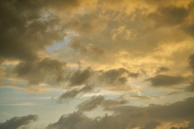 Ciel avec des nuages au coucher du soleil
