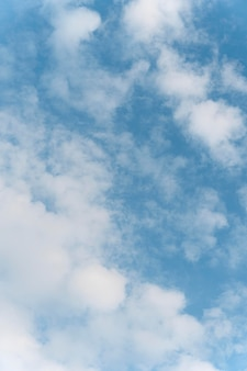Ciel avec nuages blancs