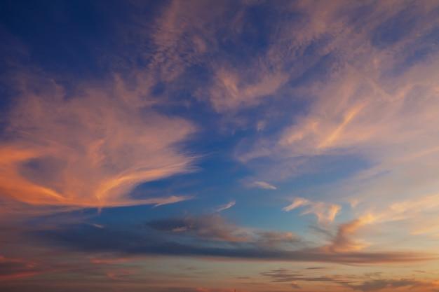 Le ciel et les nuages brillaient de soleil couchant